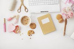 Modern workspace för kvinna` s arkivfoto