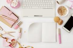 Modern workspace för kvinna` s arkivbild