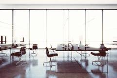 Modern workspacevind för bild med panorama- fönster Generiska designdatorer och generiskt vitt möblemang i samtida fotografering för bildbyråer