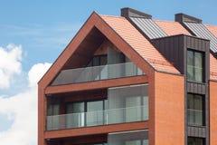 Modern yttersida för bostads- byggnad i dagsljuset med den moderna balkong- och tegelstenfasaden Arkivfoton