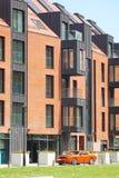 Modern yttersida för bostads- byggnad i dagsljuset med den moderna balkong- och tegelstenfasaden Fotografering för Bildbyråer