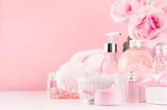 Modern zacht meisjesachtig badkamersdecor - schoonheidsmiddelen voor bad en kuuroord, boeket van rozen, badtoebehoren, juwelen op royalty-vrije stock fotografie