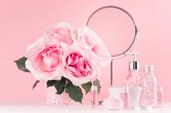 Modern zacht meisjesachtig badkamersdecor - schoonheidsmiddelen voor bad, kuuroord, boeket van rozen, ronde spiegel, badtoebehore royalty-vrije stock afbeelding