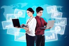 Modern zakenlui met globale bedrijfsstatistieken Stock Foto