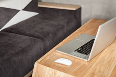Modern zitkamerbureau met laptop stock fotografie