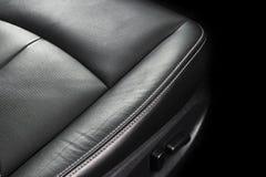 Modern zwart het leerbinnenland van de luxeauto Een deel van de zeteldetails van de leerauto met het stikken Binnenland van prest stock afbeelding