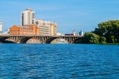 Moderna amdhistoriska byggnader längs invallningen och den Makarov bron, Yekaterinburg, Ryssland Royaltyfri Bild