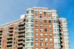 Moderna andelsfastighetbyggnader med enorma fönster och balkonger Royaltyfria Foton