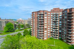 Moderna andelsfastighetbyggnader med enorma fönster och balkonger i Montreal Arkivfoton