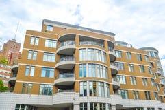 Moderna andelsfastighetbyggnader med enorma fönster och balkonger i Montreal Arkivbilder