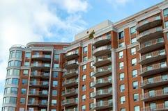Moderna andelsfastighetbyggnader med enorma fönster och balkonger i Montreal Royaltyfria Foton