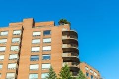 Moderna andelsfastighetbyggnader med enorma fönster och balkonger i Montreal Royaltyfria Bilder