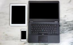 Moderna apparater och dator för mobil kommunikation på marmordeskt arkivbilder