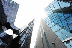 Moderna arkitektoniska linjer av företags byggnader Royaltyfria Foton
