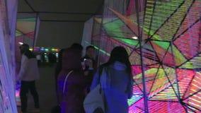 Moderna Art Exhibit Cubes på stranden i Georgetown arkivfilmer