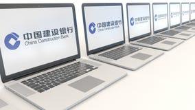 Moderna bärbara datorer med den China Construction Bank logoen Tolkning för ledare 3D för datateknik begreppsmässig Royaltyfria Bilder