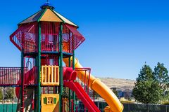 Moderna barns lekplatsutrustning med glidbanor Royaltyfri Foto