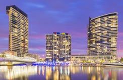 Moderna bostads- byggnader i hamnkvarter, Melbourne på skymning Arkivfoto