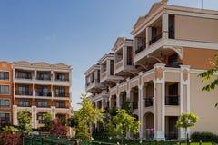 Moderna bostads- byggnader i solig dag för sommar Fotografering för Bildbyråer