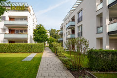Moderna bostads- byggnader, lägenheter i ett nytt stads- hus Royaltyfri Fotografi