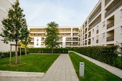 Moderna bostads- byggnader, lägenheter i ett nytt stads- hus Royaltyfri Foto