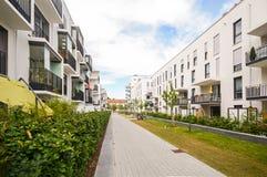 Moderna bostads- byggnader med utomhus- lättheter, fasad av det nya lägenhethuset Royaltyfri Bild