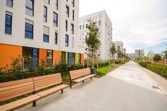 Moderna bostads- byggnader med utomhus- lättheter, fasad av det nya lägenhethuset Royaltyfri Foto