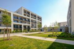 Moderna bostads- byggnader med utomhus- lättheter, fasad av det nya låg-energi huset royaltyfria foton