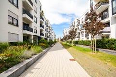 Moderna bostads- byggnader med utomhus- lättheter, fasad av det nya låg-energi huset Royaltyfria Bilder