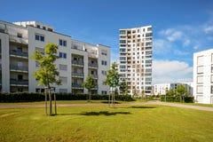 Moderna bostads- byggnader med utomhus- lättheter, fasad av nya lägenhethus Arkivbild