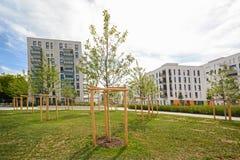 Moderna bostads- byggnader med utomhus- lättheter, fasad av nya låg-energi hus Fotografering för Bildbyråer