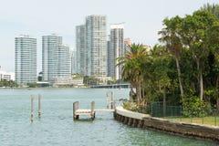 Moderna bostads- byggnader på Miami Beach Royaltyfria Bilder