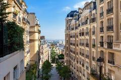 Moderna bostads- byggnader på Montmarte i Paris Royaltyfria Bilder