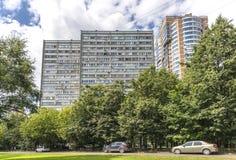 Moderna bostads- höghushus i nya områden av Moskva Royaltyfri Fotografi