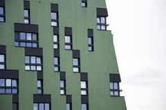 Moderna bostads- lägenheter som bor husyttersida Arkivfoton