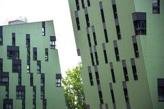 Moderna bostads- lägenheter som bor husyttersida Royaltyfri Fotografi