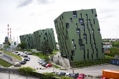 Moderna bostads- lägenheter som bor yttre near gasklockor för hus av Wien Arkivfoton
