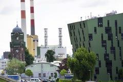 Moderna bostads- lägenheter som bor yttre near gasklockor för hus av Wien Arkivbild