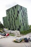 Moderna bostads- lägenheter som bor yttre near gasklockor för hus av Wien Arkivbilder