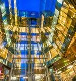 Moderna byggande glass nattreflexioner Företags och affär Royaltyfri Bild
