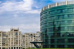 Moderna byggnad och flerfamiljshus Arkivfoton