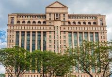 Moderna byggnad och träd i stadsmitten av Kuala Lumpur Arkivfoto