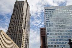 Moderna byggnader, arkitektur, exponeringsglas, träd, himmel Royaltyfri Foto