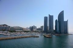 Moderna byggnader av bostadsområdeBusan Sydkorea en industriell hamn Royaltyfri Bild