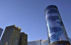 moderna byggnader gömma i handflatan Arkivfoton