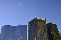 moderna byggnader gömma i handflatan Royaltyfria Foton