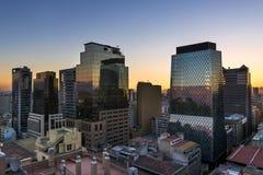 Moderna byggnader i centret av staden av Santiago de Chile på solnedgången, i Chile Royaltyfria Foton
