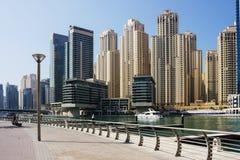 Moderna byggnader i den Dubai marina Arkivfoton