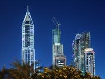Moderna byggnader i den Dubai marina på natten. UAE Royaltyfri Bild