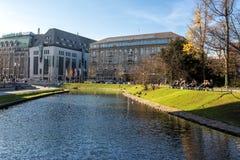Moderna byggnader i Dusseldorf, Tyskland Arkitekturdetaljer av Arkivbilder